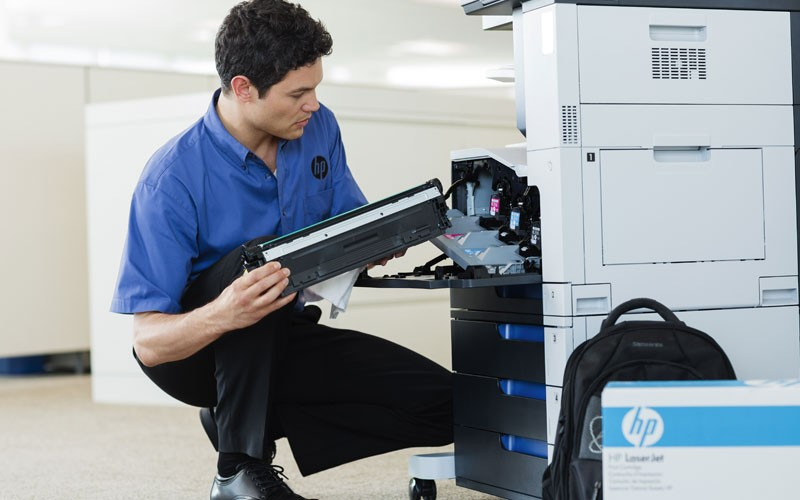 HP man working on printer HP Managed Print Services